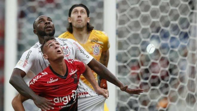 Lance de Athletico e Corinthians na Arena da Baixada.