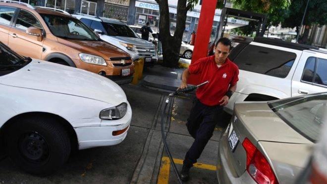 Venezuelanos fazem filas para abastecer os seus carros em uma estação da PDVSA em Caracas, 17 de maio
