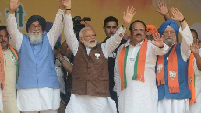 Primeiro-ministro da Índia, Narendra Modi (C), com os colegas do Partido Bharatiya Janata