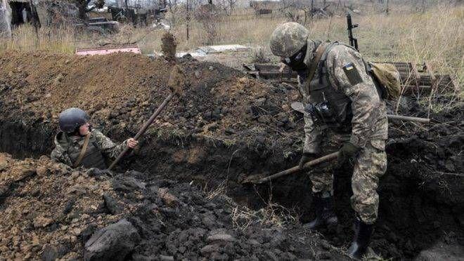 Soldados ucranianos cavam uma trincheira na linha de frente com separatistas apoiados pela Rússia na pequena cidade de Shyrokyne, a 25 km do porto de Mariupol
