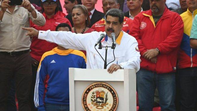 O ditador venezuelano Nicolás Maduro discursa durante ato em comemoração de um ano de sua eleição, considerada fraudulenta por grande número de países, em frente ao Palácio de Miraflores, na capital Caracas, 20 de maio