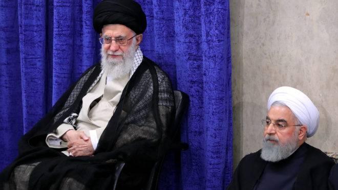 Aiatolá Ali Khamenei e o presidente Hassan Rouhani durante uma reunião do governo na capital Teerã