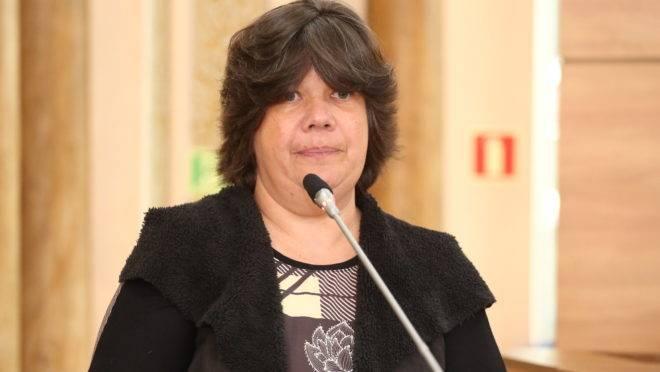Vereadora Katia dos Animais fala na tribuna da Câmara.