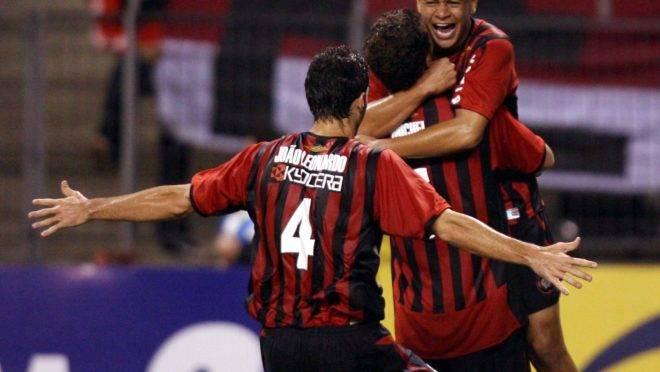 12/10/2006  – Athletico x River Plate pela Sul-Americana: Jancarlos (de frente) comemora um dos dois gols da noite.