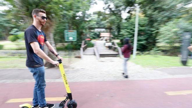 Patinetes elétricas: Curitiba não deve proibir uso em calçadas.