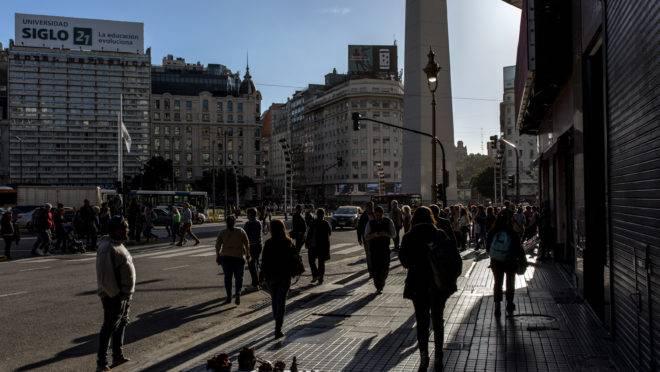 Pedestres em Buenos Aires, 8 de maio