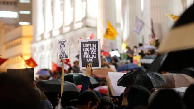 Dia Nacional de Greve pela Educação, Curitiba, 15 de maio de 2019. Concentração de professores e alunos na Praça Santos Andrade e depois sairam em passeata pelas ruas da cidade.