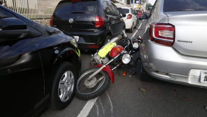 Assaltante foi surpreendida pela própria vítima, que jogou o carro para cima da moto.