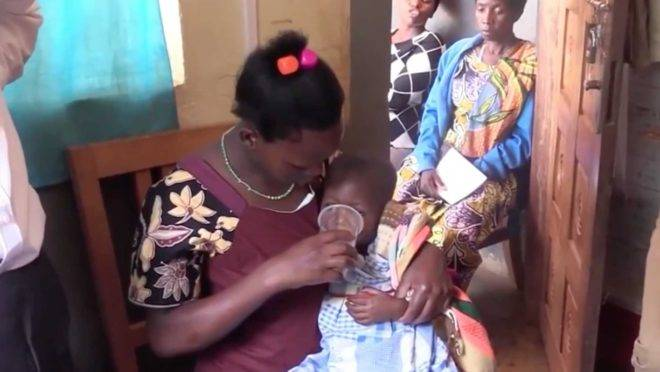 Imagem de um vídeo que mostra Sam Little fazendo um teste do MMS em Uganda