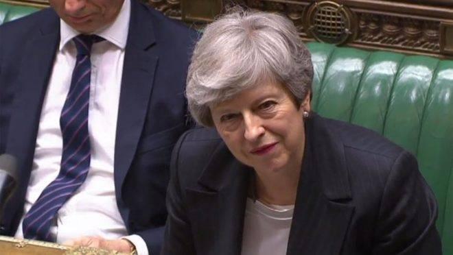Imagem de vídeo transmitido pelo Parlamento Britânico mostra a primeira-ministra britânica ouvindo uma pergunta durante sessão na Câmara dos Comuns, em Londres, 22 de maio. A sua tentativa de resolver o impasse em torno do Brexit foi rejeitada tanto pelos conservadores apoiadores do Brexit quanto pela oposição