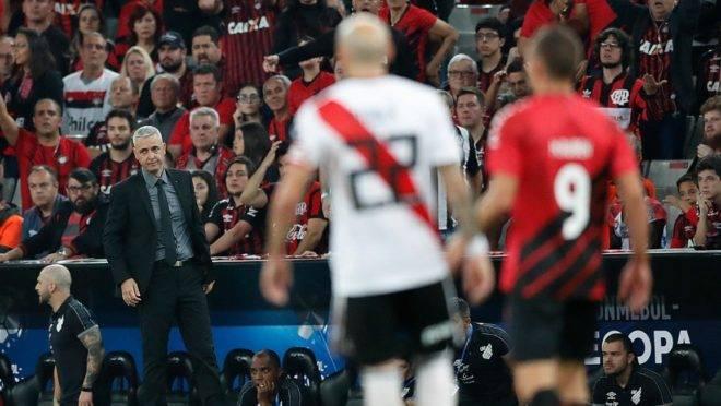 Apesar da vantagem, Tiago Nunes diz que Athletico jogará para vencer na Argentina