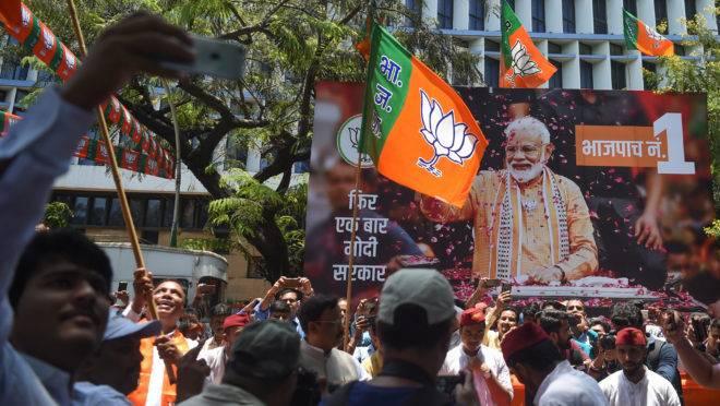 Apoiadores do primeiro-ministro indiano Narendra Modi celebram o resultado das eleições
