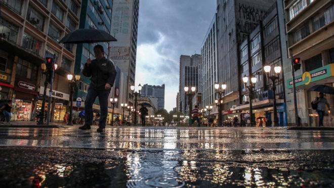Curitiba, 17/02/2017 – Temporal de verão atinge Curitiba no final da tarde de sexta. Rua XV de novembro – tags – chuva tempestade