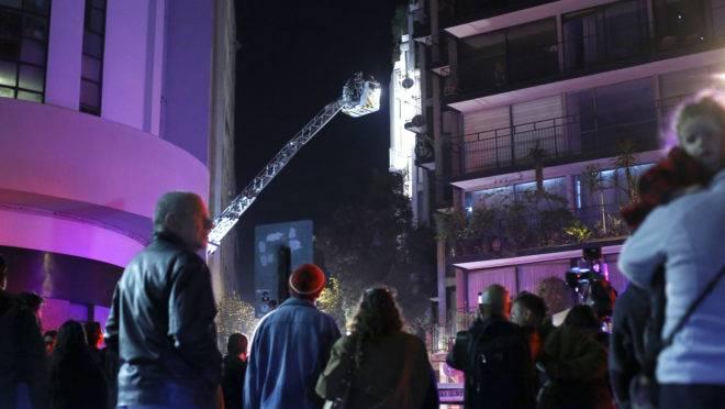 Bombeiros chilenos tentam entrar em um apartamento onde seis brasileiros morreram em Santiago, Chile
