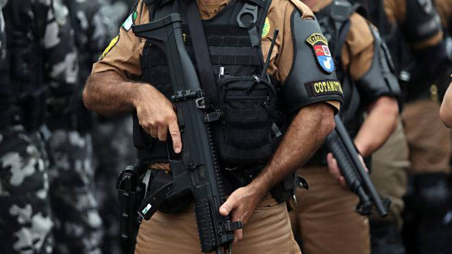 Vídeo mostra policial atirando em suspeito no chão na região de Curitiba