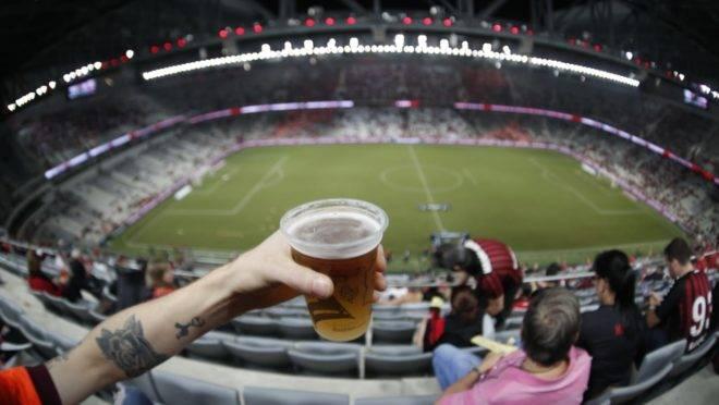 Athletico 1 x 0 River Plate: cerveja liberada na arquibancada.