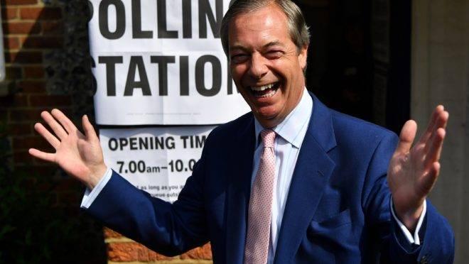 Líder do Partido Brexit, Nigel Farage, em frente a um local de votação das eleições para o Parlamento Europeu, no Reino Unido