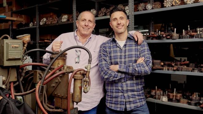 Warren e Adam Brand tem uma empresa que faz flores artificiais em Nova York.