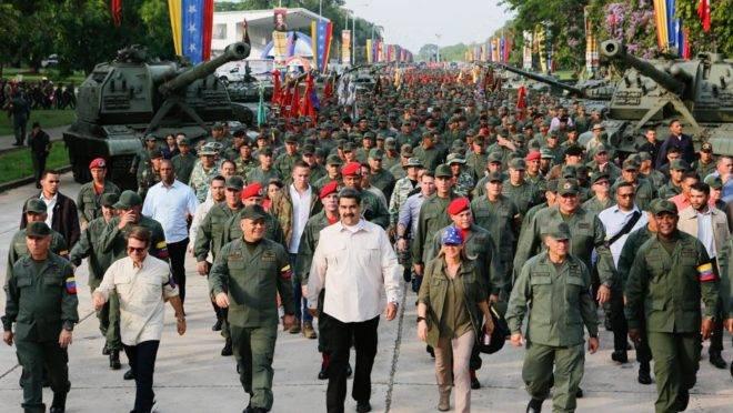 """O ditador Nicolás Maduro, sua esposa Cilia Flores e o ministro da Defesa Vladimir Padrino participam de """"Marcha da Lealdade"""" com as forças armadas nacionais bolivarianas (FANB) no estado de Carabobo, 21 de maio. Foto distribuída pelo Palácio de Miraflores"""
