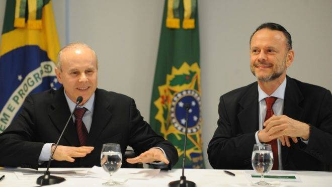 O ex-ministro da Fazenda Guido Mantega e o ex-presidente do BNDES Luciano Coutinho. Foto: Renato Araújo/Agência Brasil