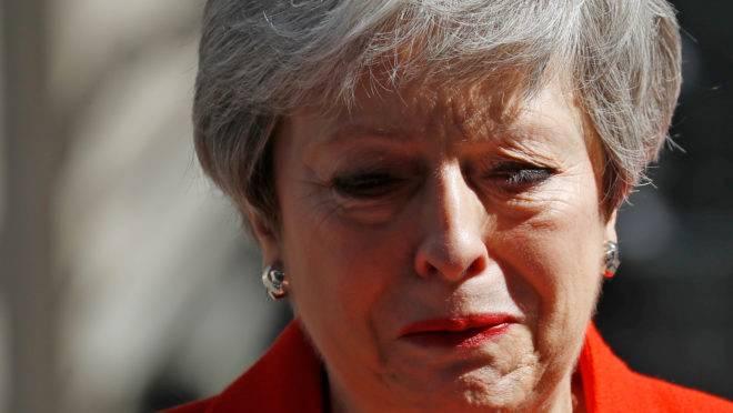 A primeira-ministra britânica Theresa May se emociona ao anunciar sua renúncia