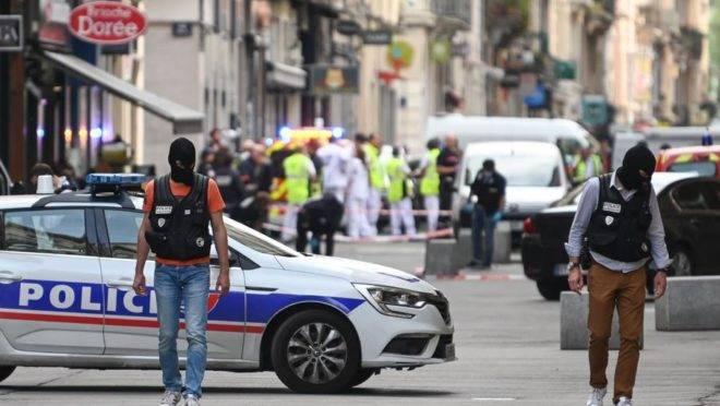 A polícia francesa vasculha a área em busca de evidências após a explosão de uma mala em uma rua de pedestres no centro de Lyon, na França, 24 de maio. Várias pessoas ficaram feridas