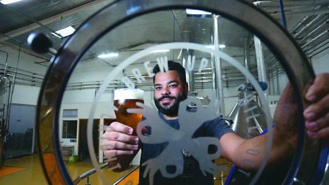 Igor Martins, um dos sócios da Alright Beer, que aposta na cervejaria como experiência.