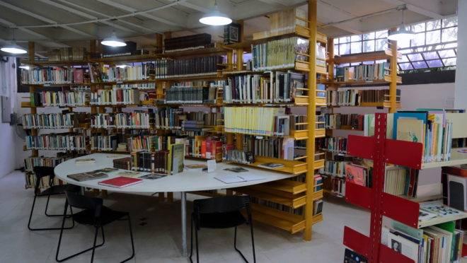 Estantes de livros na Casa da Leitura Miguel de Cervantes, em Curitiba