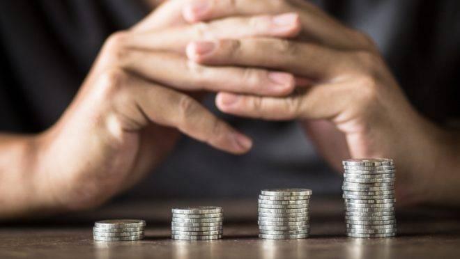 Pilhas de moedas colocadas lado a lado