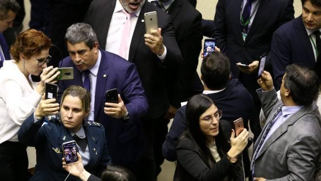 Deputados do PSL fazem lives em redes sociais durante a votação do destaque que retira do ministério da Justiça o COAF, no Plenário da Câmara dos Deputados, em Brasília.. Foto: Pedro Ladeira/Folhapress