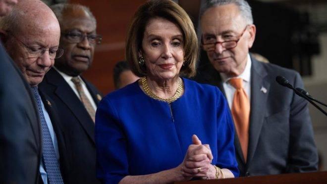A líder da Câmara Nancy Pelosi e o líder do Senado Chuck Schumer (à direita) no Capitol Hill, em Washington, 22 de maio, após reunião com o presidente americano Donald Trump