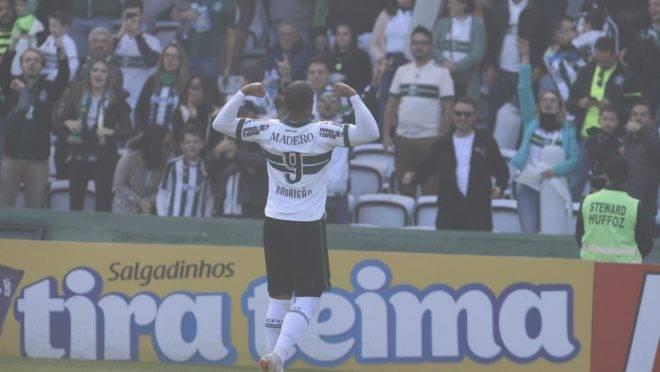 Rodrigão comemora gol no Couto lotado.