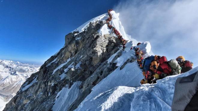 """Muitos escaladores tiveram que fazer fila para chegar ao cume do Everest,na temida """"zona da morte"""""""