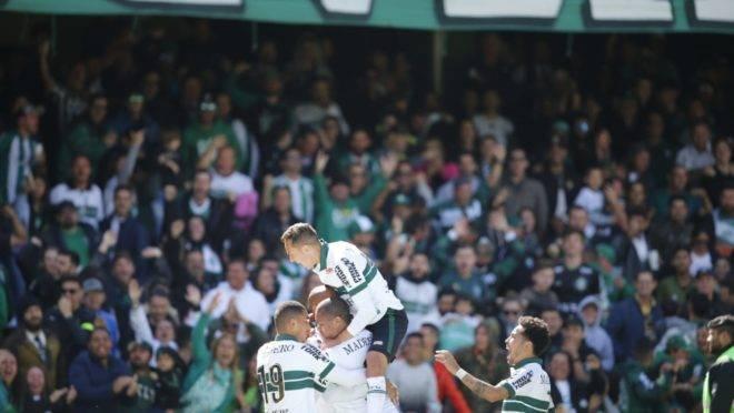 Jogadores comemoram o segundo gol de Rodrigão. Rafinha à direita na foto.