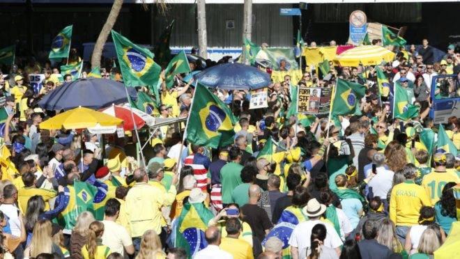 Manifestantes pró-Bolsonaro se reúnem em ato em Curitiba