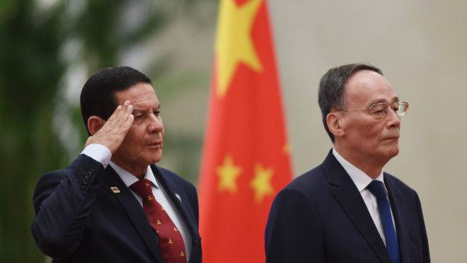 O vice-presidente do Brasil, Hamilton Mourão, e o vice-presidente chinês, Wang Qishan