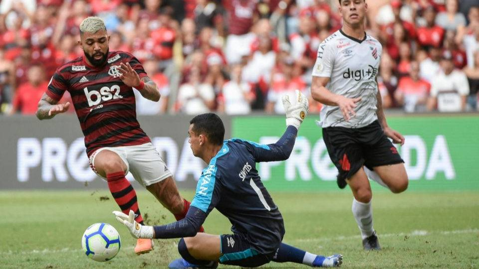 Com reservas e polêmica do VAR, Athletico leva virada no fim do Flamengo