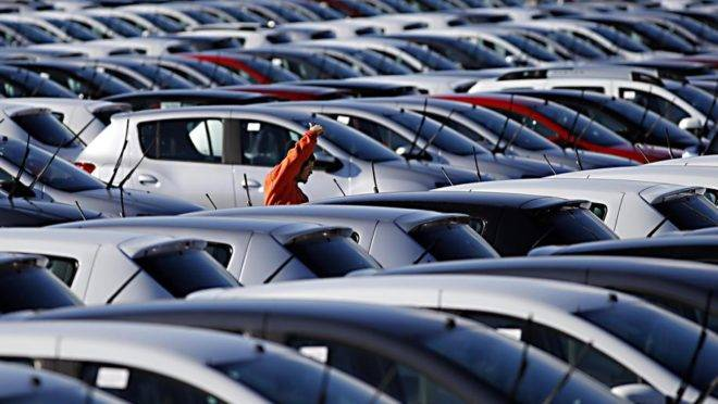 Carros recém fabricados aguardam embarque em pátio da Renault