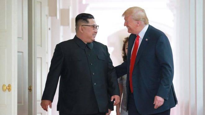 O ditador Kim Jong-un e o presidente dos EUA, Donald Trump, em uma conversa descontraída durante a cúpula de Cingapura, em junho de 2018