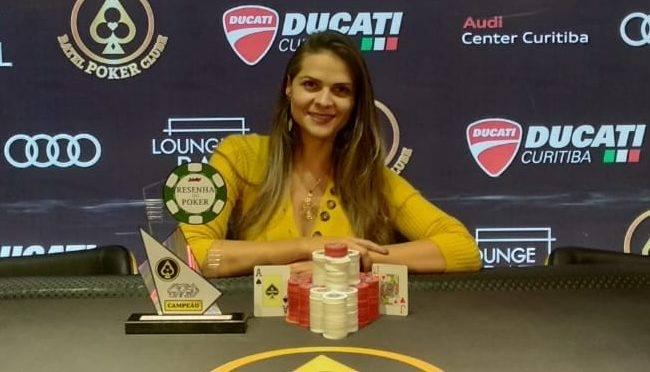 Flavia foi a grande campeã da quarta etapa do Circuito Resenha do Poker. Foto: Divulgação/BPC