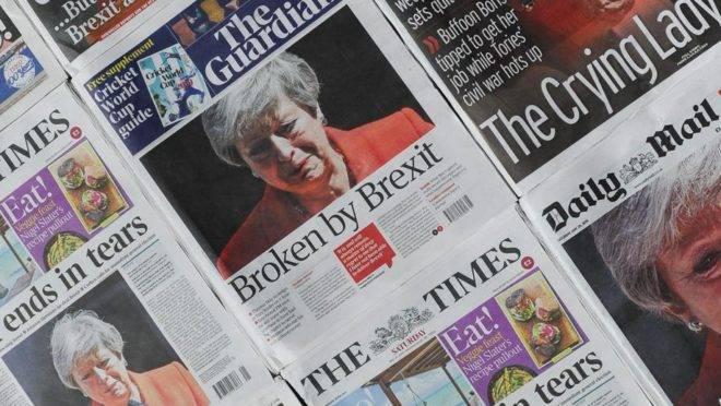 Montagem de jornais diários do Reino Unido no dia 25 de maio, após o discurso de renúncia da primeira-ministra Theresa May, no dia 24