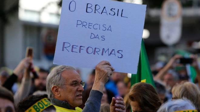 PROTESTO: CURITIBA (BRASIL), 26/05/2019.- Manifestantes protestam em frente a praça Santos Andrade em apoio ao Governo Bolsonaro; Curitiba (Brasil).