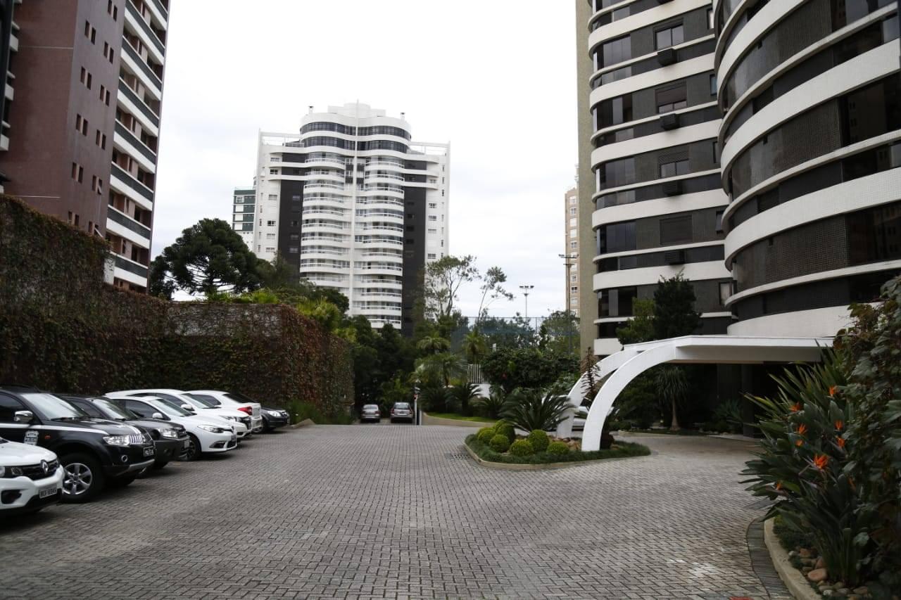 O prédio onde mora o ex-governador Beto Richa, no bairro Mossunguê, em Curitiba. Foto: Aniele Nascimento/Gazeta do Povo