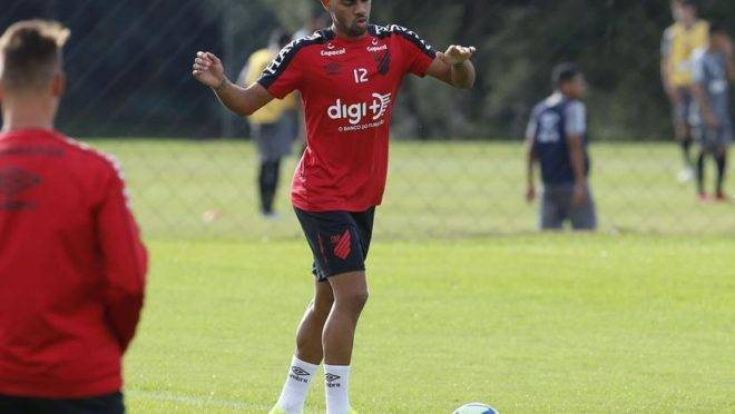 Renan Lodi é um dos destaques do time comandado por Tiago Nunes