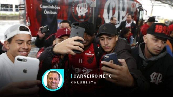 Nikão faz selfie com torcedores do athletico no embarque para Buenos Aires.