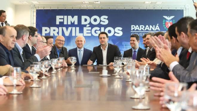 A Proposta de Emenda à Constituição (PEC) que põe fim à aposentadoria vitalícia de governadores, enviada no início do ano à Assembleia Legislativa pelo governador Carlos Massa Ratinho Junior, foi promulgada nesta quarta-feira (29), em solenidade no Palácio Iguaçu.