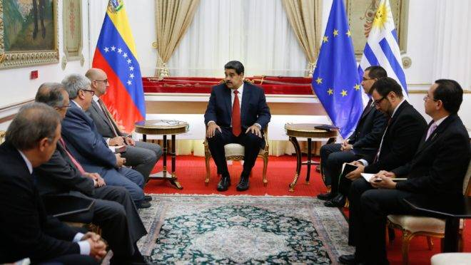 Nicolas Maduro (C) durante reunião com membros do Grupo Internacional de Contato para a Venezuela, no Palácio Miraflores, em 16 de maio de 2019