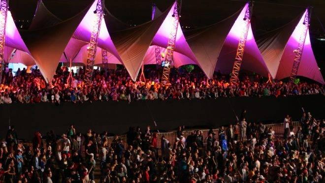 Festa rave no Bioparque, em Curitiba. Multidão de pessoas acompanhando shows