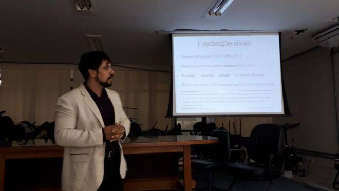 Imagem do debate na UnB que discutiu o baixo impacto das pesquisas acadêmicas fora do Brasil.