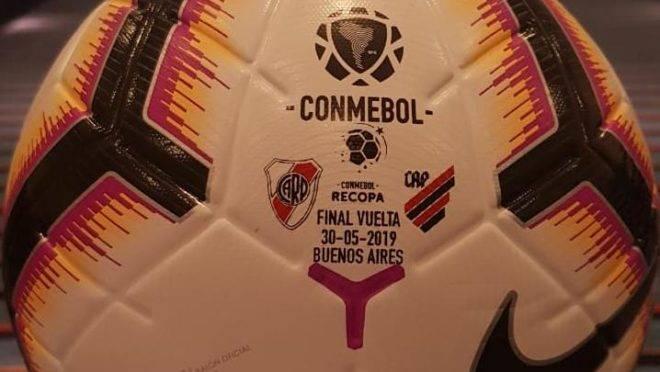 Bola personalizada da final da Recopa entre River Plate x Athletico.